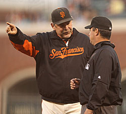 Bruch Bochy arguing with Ump
