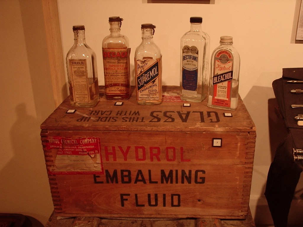 https://upload.wikimedia.org/wikipedia/commons/c/c8/Embalming_fluid.jpg
